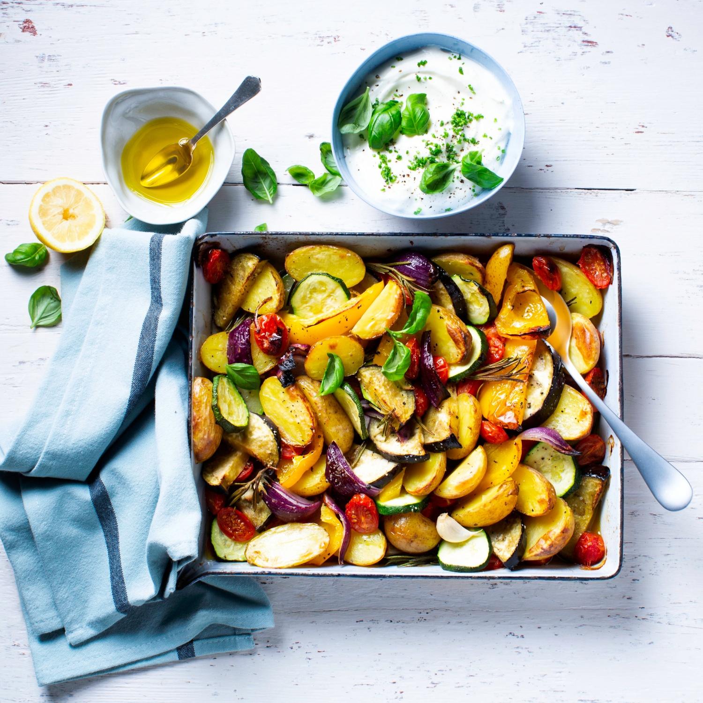 Mediterranes Grillgemüse mit Zitronen-Joghurt-Dressing und Kartoffeln