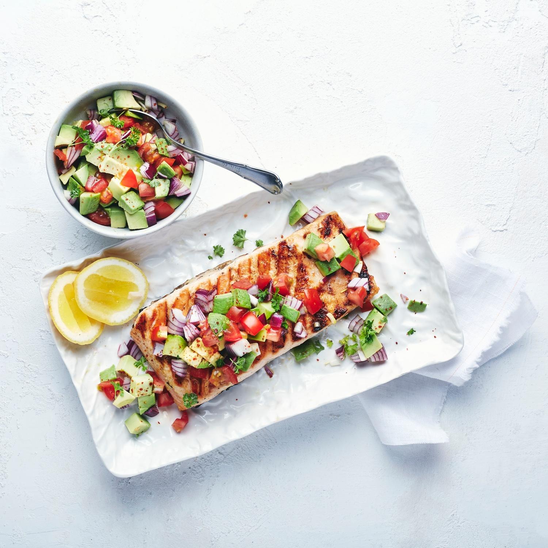 Zarter Grill-Lachs mit Avocado-Salsa