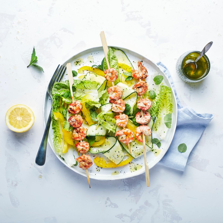 Zitronen-Garnelen-Spieße vom Grill mit Zucchini-Minz-Salat