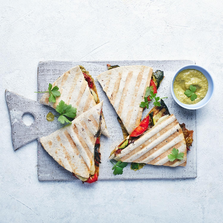 Gegrillte Quesadillas mit Gartengemüse und Pesto