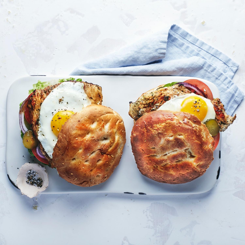 Putensteak-Burger mit Spiegelei