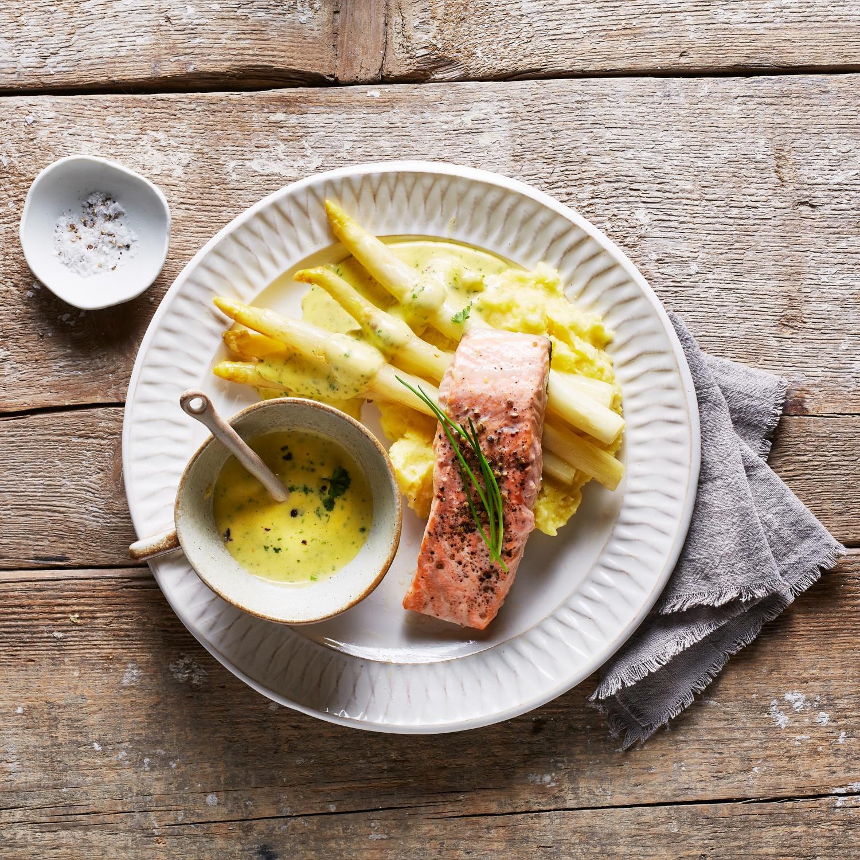 Lachsfilet mit weißem Spargel, Kräuterschaum und Stampfkartoffeln
