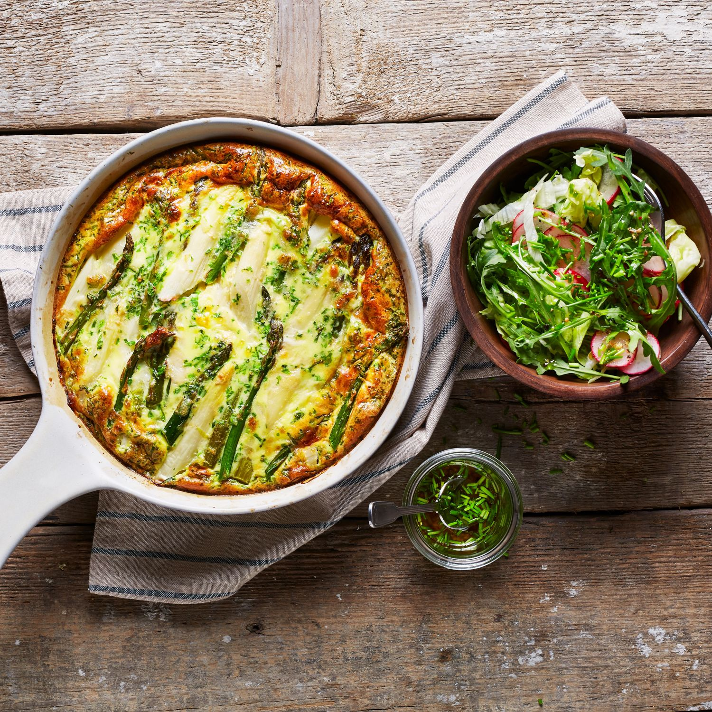Spargelomelette aus dem Ofen mit Frühlingssalat