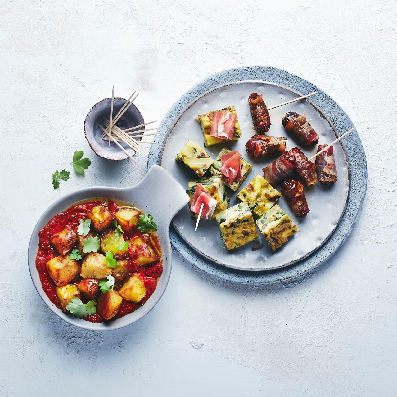 Tapa-Variationen - Kartoffel-Zucchini-Tortilla mit Serrano Schinken, Patatas Bravas mit roter Sauce und Speckdatteln
