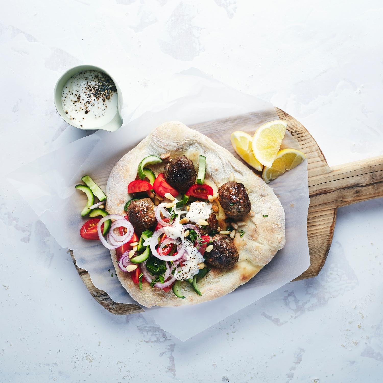 Köfte mit Gurken-Tomatensalat und Fladenbrot