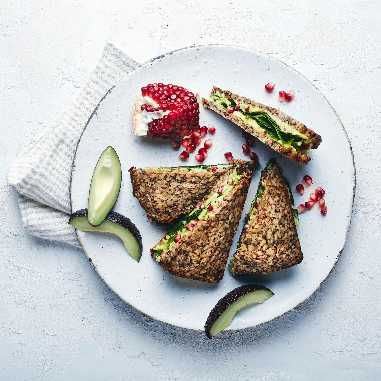 Superfood Sandwich mit Avocadocreme, Granatapfel und Spinat