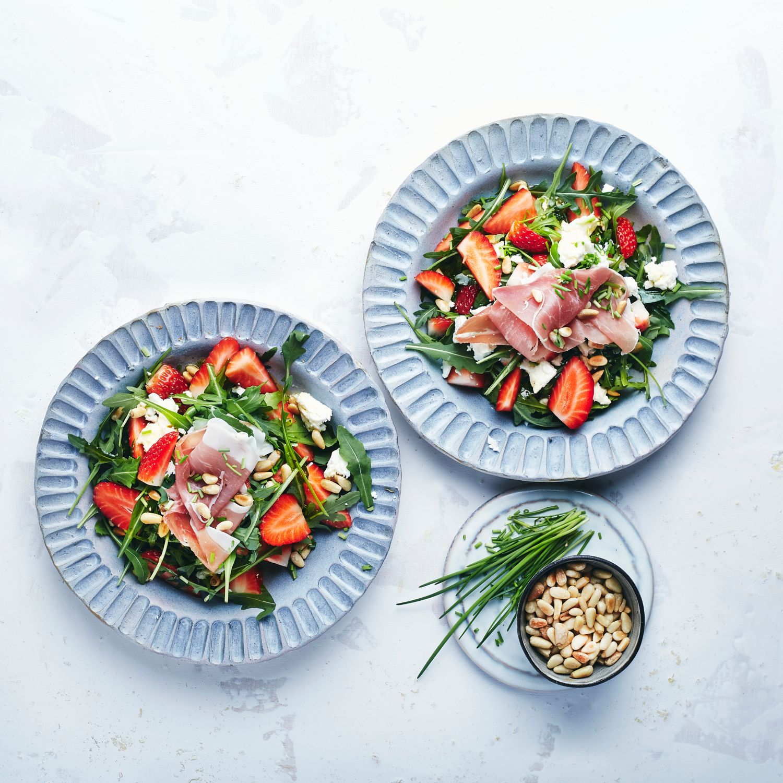 Parmaschinken mit Erdbeersalat und gerösteten Pinienkernen