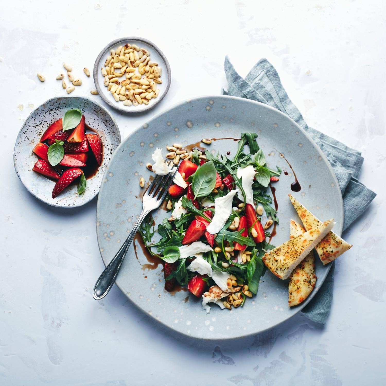 Mozzarella mit Erdbeersalsa und Rucola