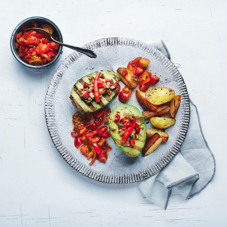 Avocados vom Grill mit Tomatensalsa