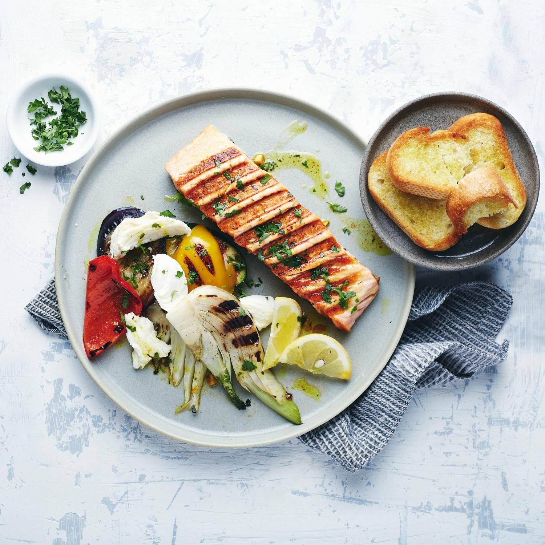 Grill-Lachs mit Grillgemüse und Mozzarella