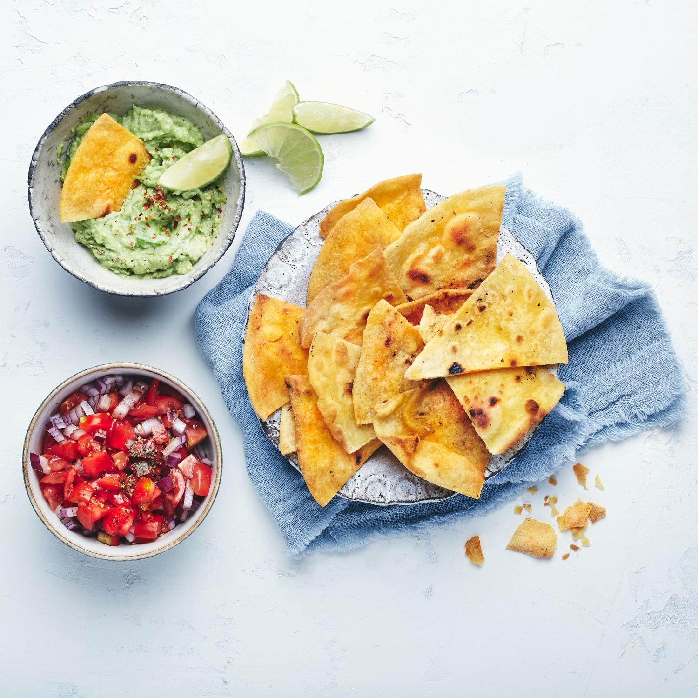 Homemade Tortillachips mit Guacamole und Tomatensalsa