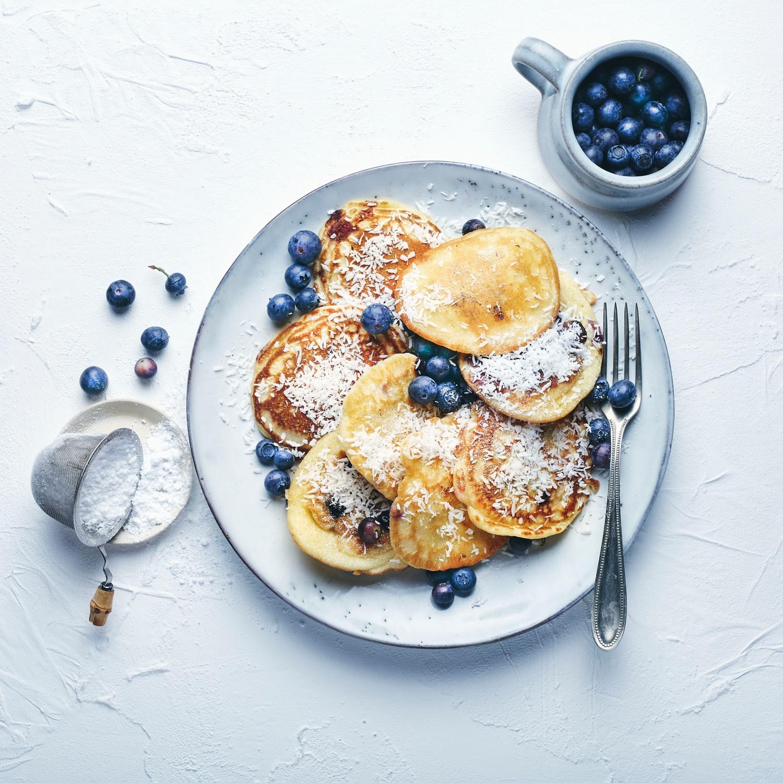 Heidelbeer-Pancakes mit Kokosraspeln