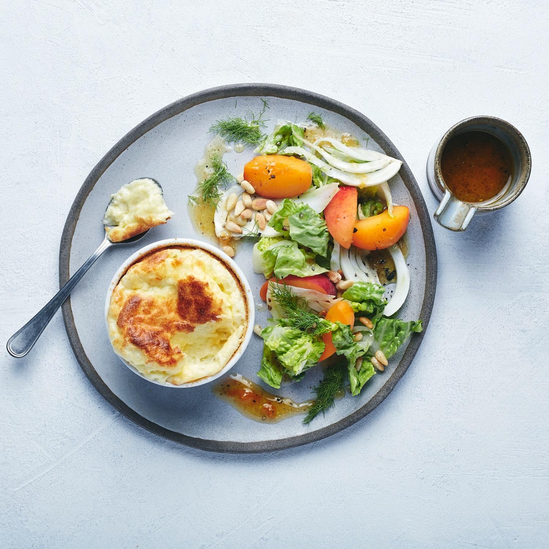 Käsesoufflé mit Aprikosen-Fenchelsalat