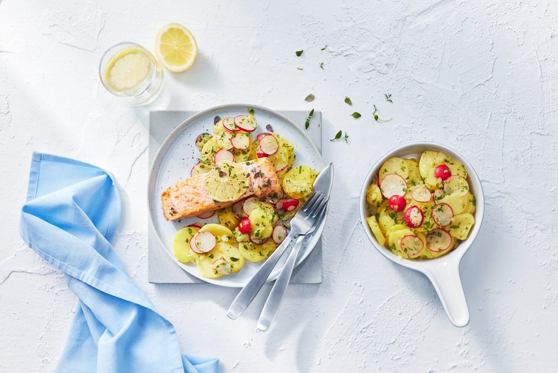Zitronen-Lachsfilet aus dem Ofen zu Kartoffelsalat