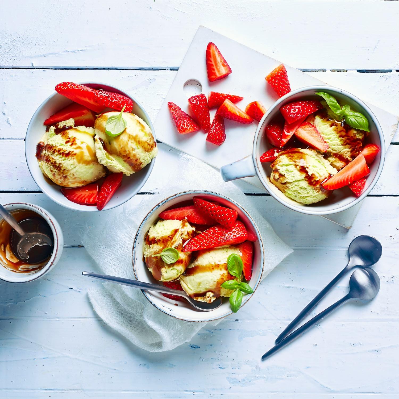Hausgemachtes Basilikumeis mit Erdbeeren und Balsamico