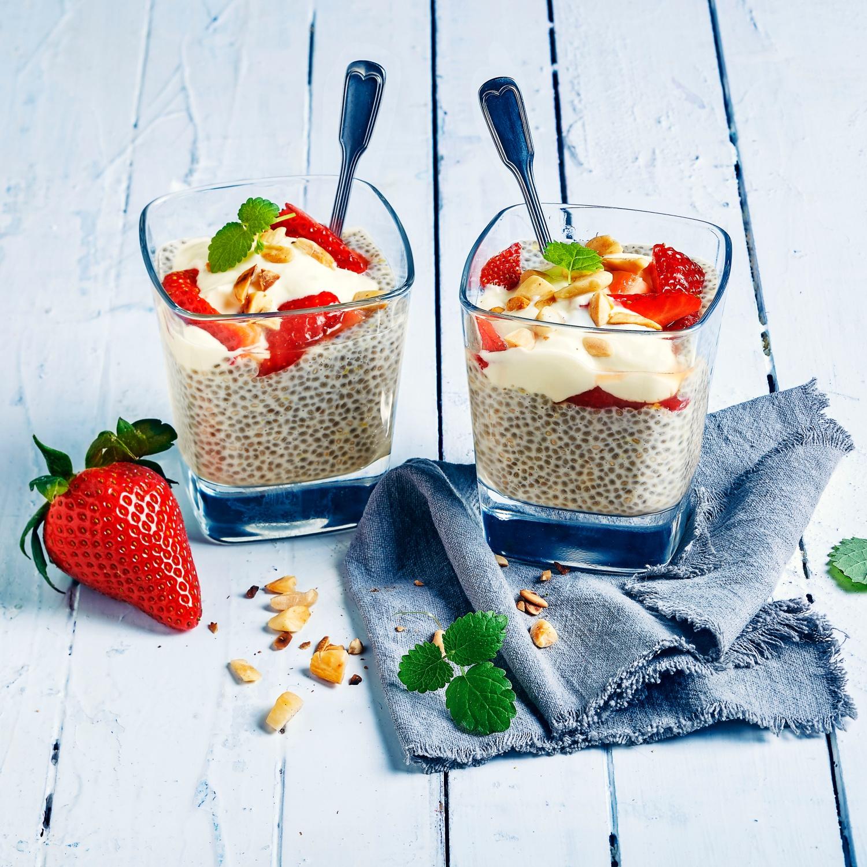 Chia-Samen-Pudding mit griechischem Joghurt und Erdbeeren