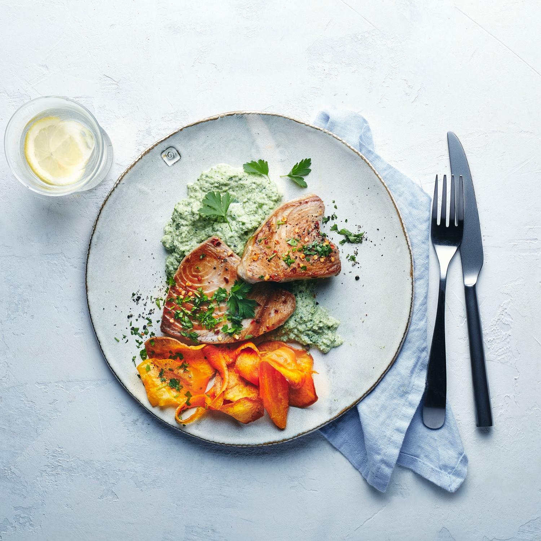 Thunfisch-Steak auf Brokkoli-Püree mit Gemüsechips