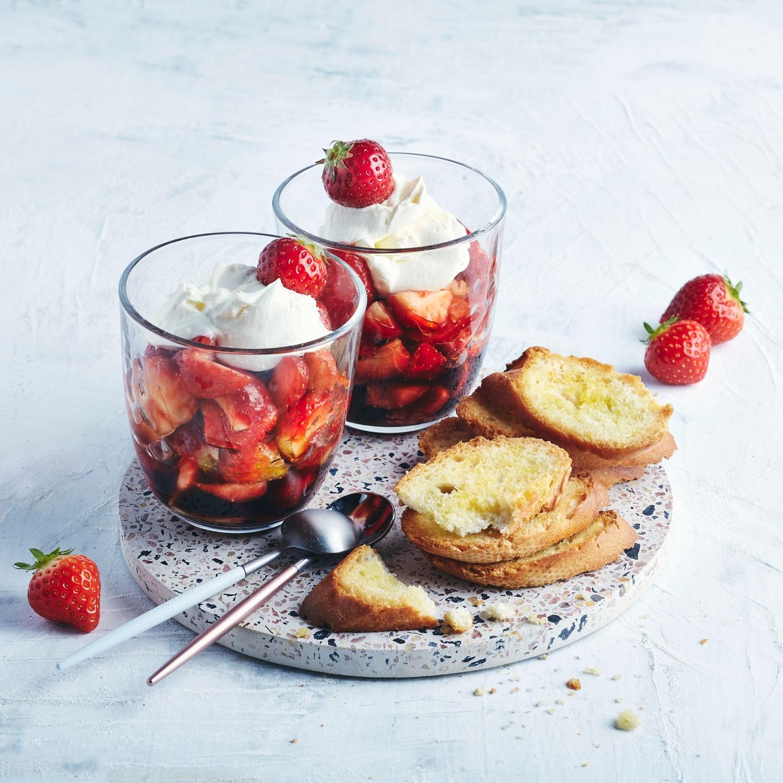 Balsamico-Erdbeeren mit Mascarpone und Brotchips