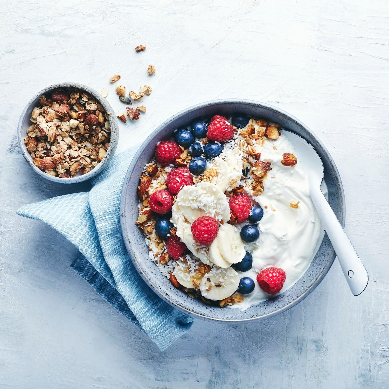 Breakfast-Bowl mit Joghurt und Beeren