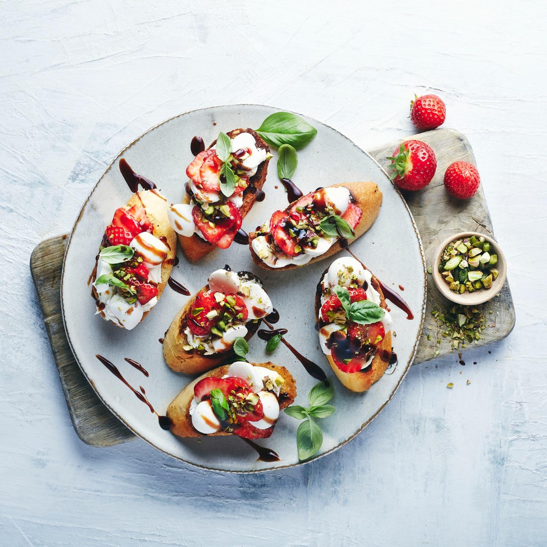Süße Bruschetta mit Erdbeeren, Mozzarella und Balsamico