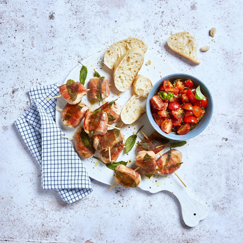 Saltimbocca-Spieße mit Tomatensalsa