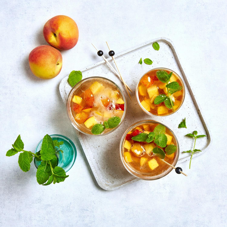 Pfirsich-Bowle mit Orangenlikör und Zimt