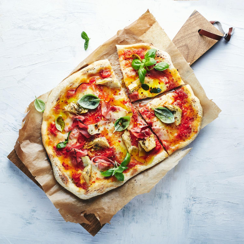 Pizza con Carciofi e Prosciutto Cotto