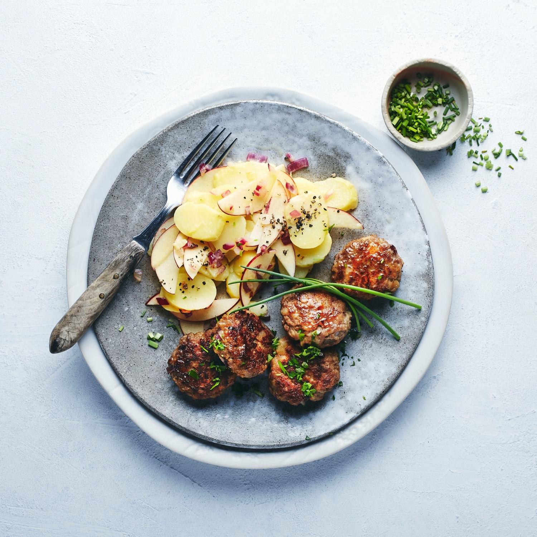 Sommerlicher Kartoffelsalat mit Fleischpflanzerln