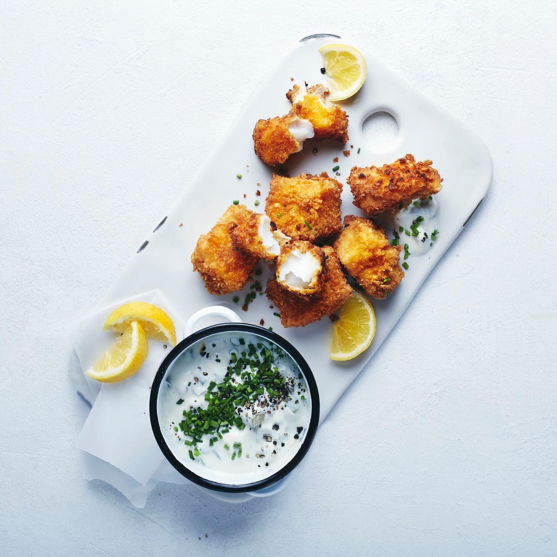 Knusprige Fischnuggets mit Frühlingskräuterdip