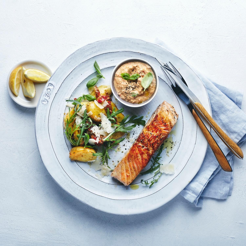 Grill-Lachs mit mediterraner Tomatencreme und Kartoffel-Pestosalat