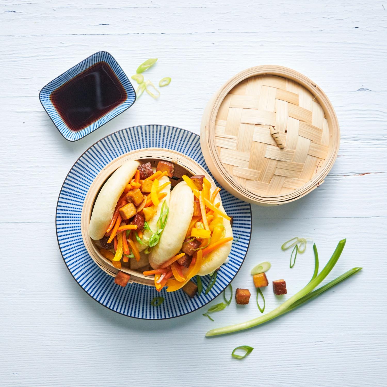 Bao Buns Burger mit Gemüse und Räuchertofu