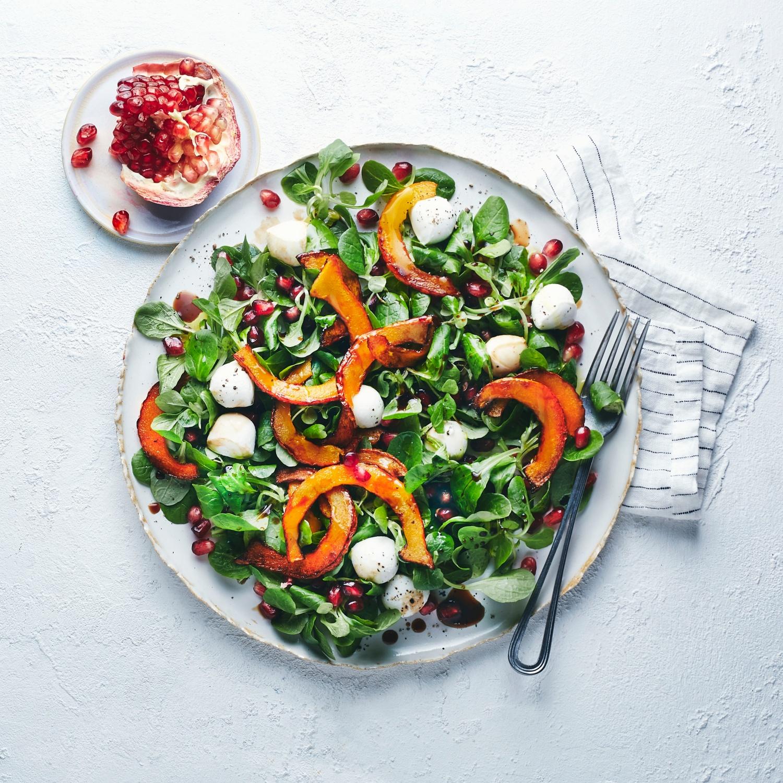 Herbstlicher Feldsalat mit Kürbis, Mozzarella und Granatapfel