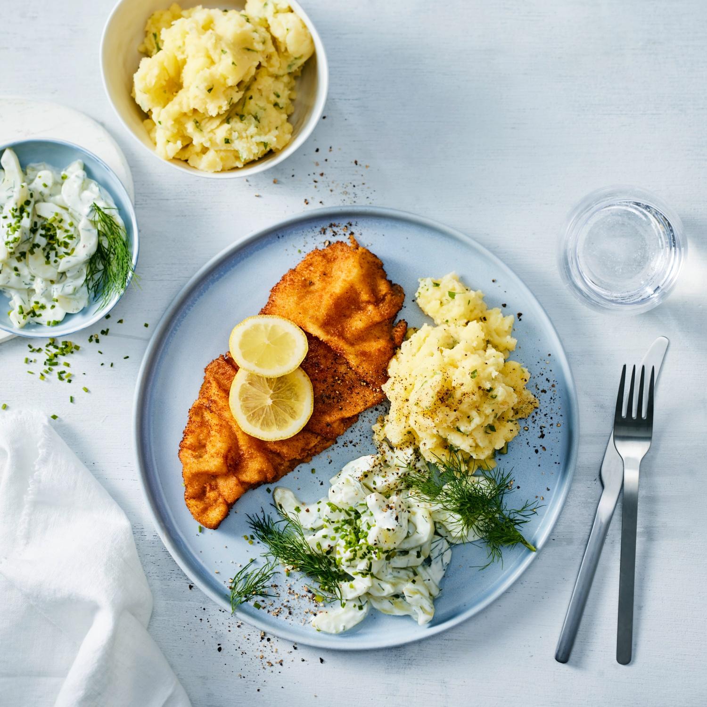Wiener Schnitzel mit Stampfkartoffeln und Gurkensalat