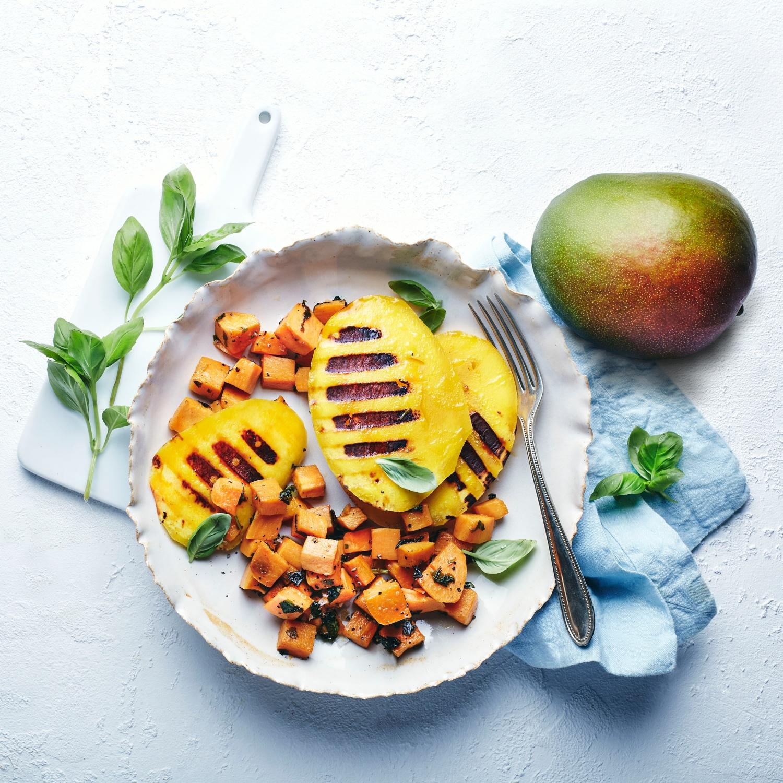 Mango vom Grill mit gebratenen Süßkartoffeln
