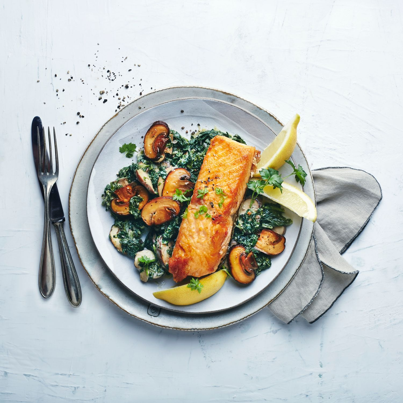 Gebratener Lachs auf Champignon-Spinat