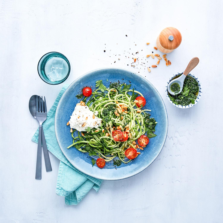 Zucchininudeln mit Petersilienpesto, Tomaten und Hüttenkäse