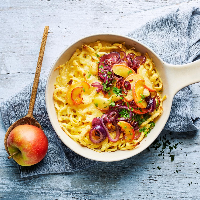 Käsespätzle mit geschmelzten Äpfeln und Zwiebeln