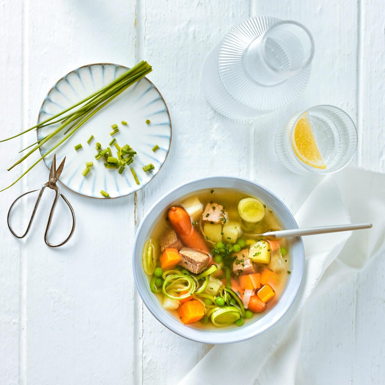 Bunte Gemüsesuppe mit Rindfleisch und Würstchen