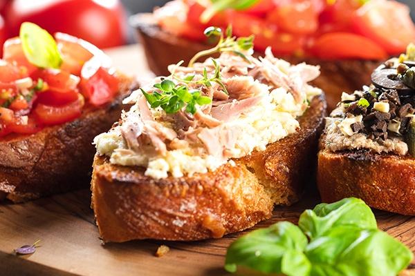 Eine leichte Vorspeise, wie belegte Brötchen mit Tomaten oder Aufstrichen für den Silvesterabend.