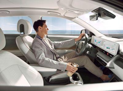 Imagen de un conductor mirando por el retrovisor del Hyundai IONIQ 5 Eléctrico.