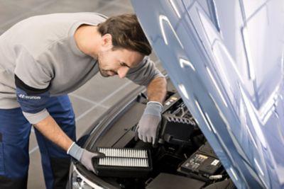 Ekspert serwisowy ASO Hyundai naprawiający samochód
