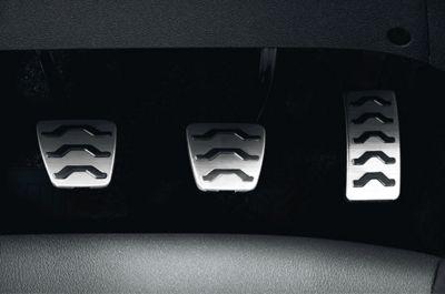 Imagen de los pedales metálicos del nuevo Hyundai i20 Active.