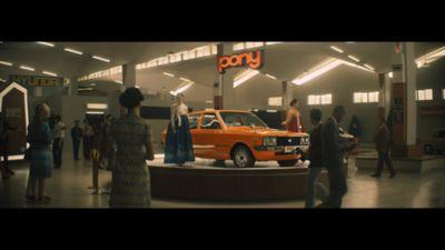 1974 Hyundai Pony utstilt i produksjonslokale. Foto.