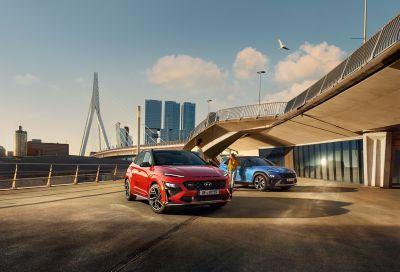 Dwa Nowe Hyundaie KONA zaparkowane pod mostem.