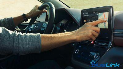 Immagine che mostra l'interno di IONIQ Plug-In con focus sul Touchscreen con sistema Bluelink