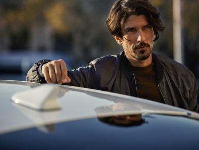 Immagine di uomo appoggiato al tetto di IONIQ Plug-In