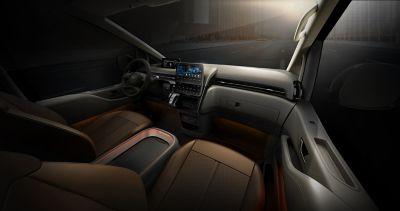 Detailní pohled na přední sedadla a palubní desku v modelu Hyundai Staria.