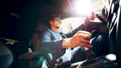 Immagine di ragazzo all'interno di Hyundai KONA