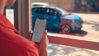 Detail aplikace Hyundai Bluelink s funkcemi elektrického vozidla na obrazovce.