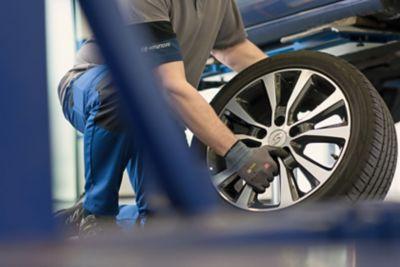 Serwisant Hyundai wymienia koło